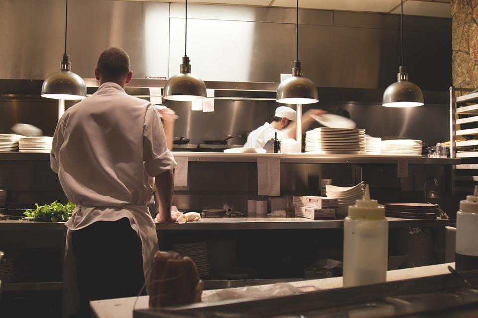 ¿Cómo se limpia el acero inoxidable de la cocina de un restaurante?